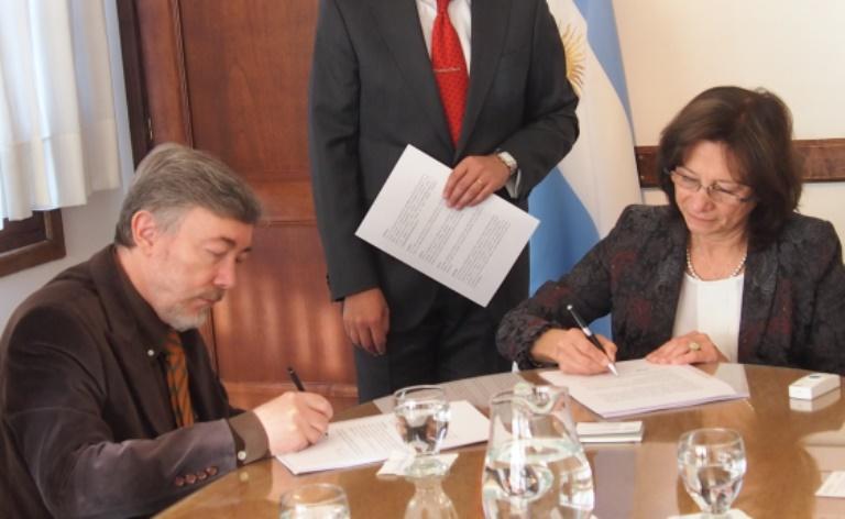 Dr. Ceccato junto a la Dra. Bataini en Superior Tribunal de Justicia, Ushuaia. Getileza: Vinculación Tecnológica CADIC