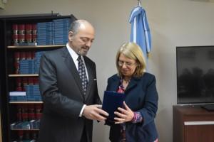 Dr. Sagastume entrega recordatorio a Dra. Bonelli. Foto: Gentileza Prensa Poder Judicial TDF