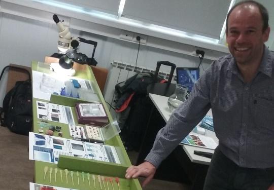 Sebastián Klinke en pleno desarrollo del taller
